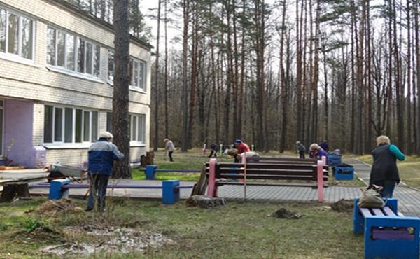 Лидчане провели субботник в ДОЛ «Солнышко»