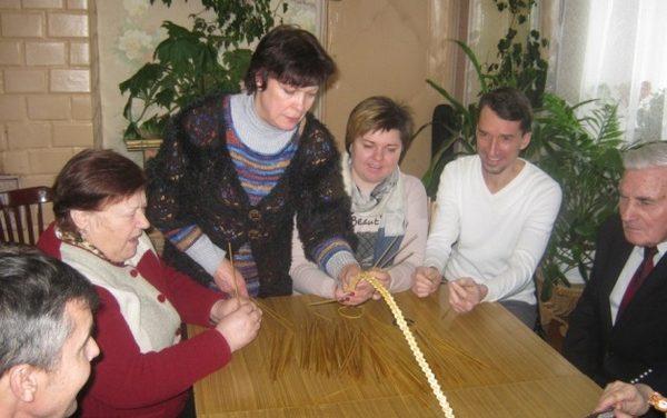 Мастер-класс для пожилых людейна базе отдела ремёсел и традиционной культурыв д. Поляны