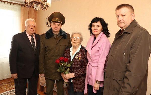 Памятный знак от губернатора Санкт-Петербурга вручен ветерану войны в Ивьевском районе