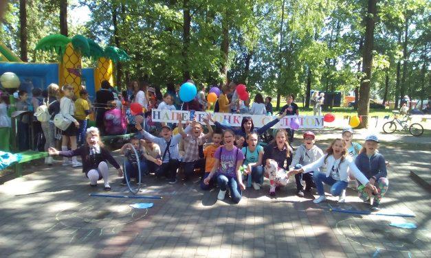 Спортивную площадку на празднике для детей организовали специалисты ТЦСОН Берестовицкого района