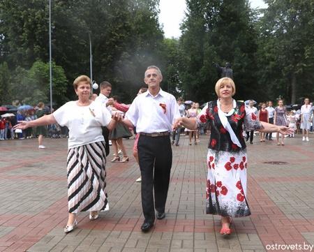 «Вальс победы» на городской площади в Островце