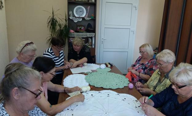 В Новогрудке для граждан пожилого возраста прошел мастер-класс по вязанию объемной салфетки крючком