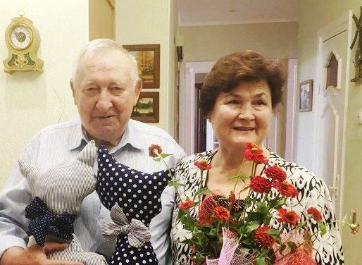 В Октябрьском районе к 75-летию области посетили семейные пары 75-летних пожилых