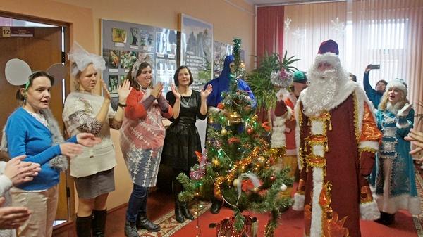 Дед Мороз и Снегурочка в гостях в отделении дневного пребывания для инвалидов ТЦСОН Ивьевского района