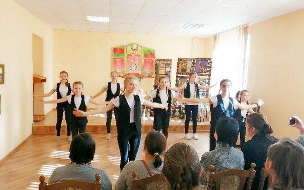 Дарите женщинам цветы – праздничный концерт в ТЦСОН Новогрудского района
