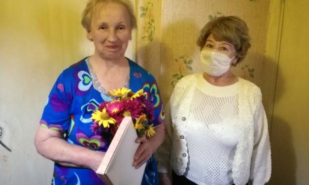 Поздравление ветеранов педагогического труда пожилыми волонтёрами