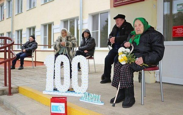 Поздравления и подарки – 100-летней жительнице Зельвенского района Марии Лабович