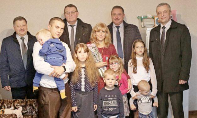 Многодетным матерям Дятловского района  вручили ордена Матери