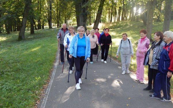 В преддверии Международного дня пожилого человека в городском парке прошел мастер-класс по скандинавской ходьбе