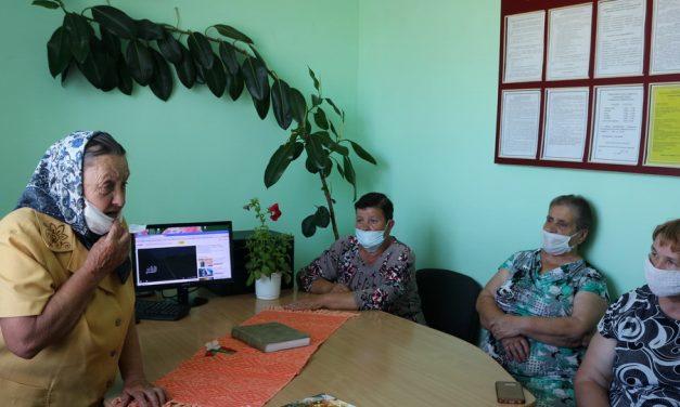 Посетители центра социального обслуживания населения Зельвенского района помнят о подвиге народа и присоединяются к Всебелорусской минуте молчания