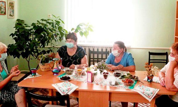 Посетители Зельвенского ЦСОН поделились советами по применению лекарственных растений