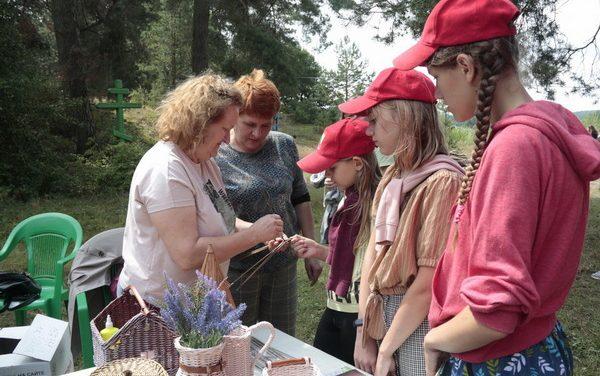Специалисты Зельвенского ЦСОН провели мастер-классы для участников епархиального экологического слета и подарили сувениры Владыке